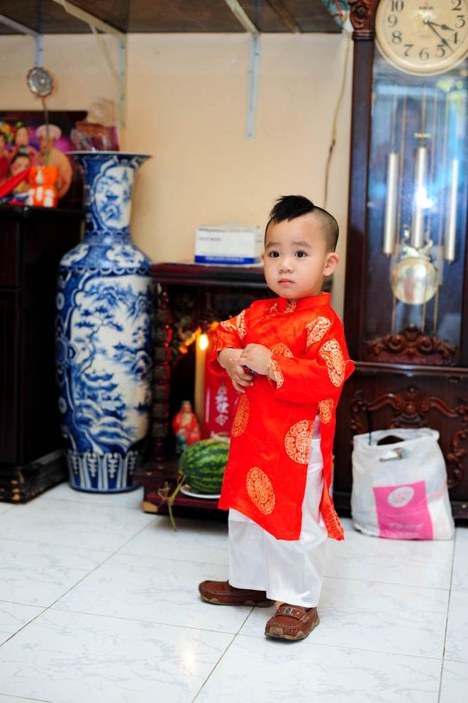 Cha con Hieu Hien xung xinh ao dai do di chuc Tet hinh anh 7
