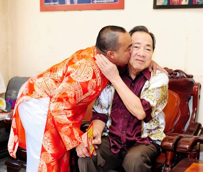 Cha con Hieu Hien xung xinh ao dai do di chuc Tet hinh anh 4