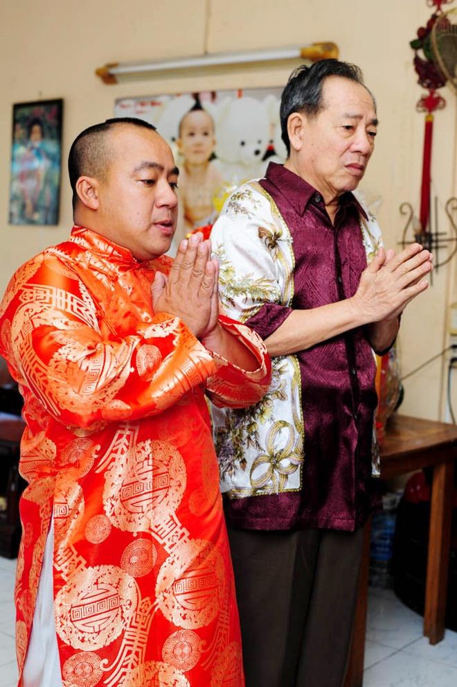 Cha con Hieu Hien xung xinh ao dai do di chuc Tet hinh anh 1