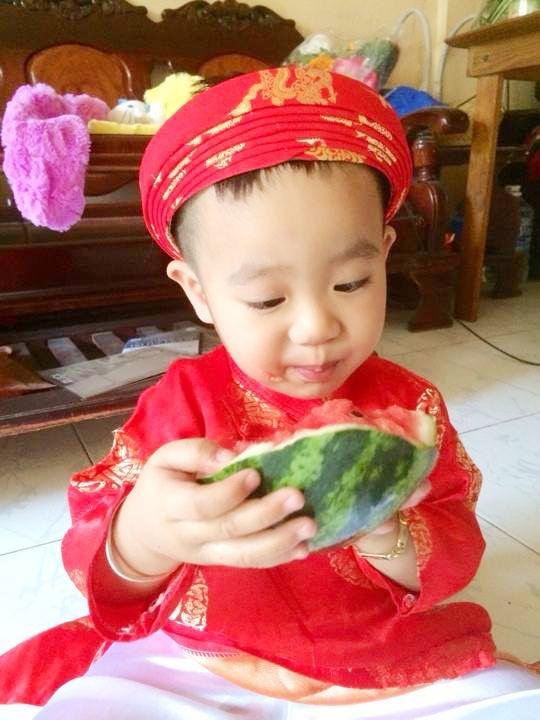Cha con Hieu Hien xung xinh ao dai do di chuc Tet hinh anh 11