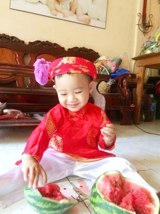 Cha con Hieu Hien xung xinh ao dai do di chuc Tet hinh anh 12