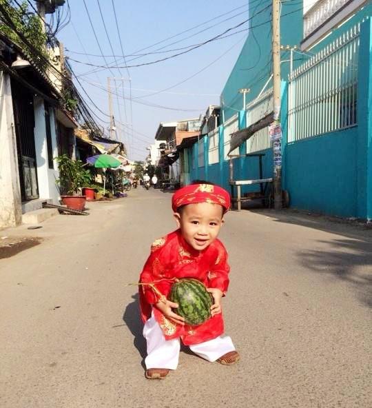 Cha con Hieu Hien xung xinh ao dai do di chuc Tet hinh anh 9