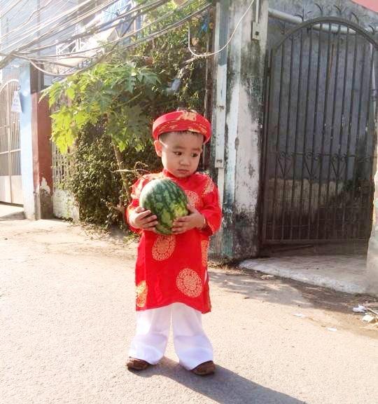 Cha con Hieu Hien xung xinh ao dai do di chuc Tet hinh anh 8