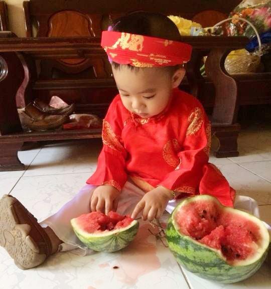 Cha con Hieu Hien xung xinh ao dai do di chuc Tet hinh anh 10