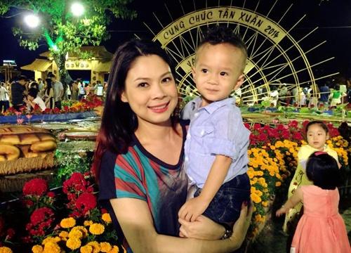 Thanh Thao dat con trai di choi cho hoa ngay Tet hinh anh