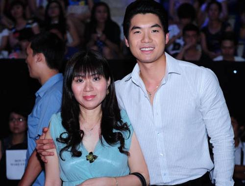 Truong Nam Thanh ru me di xem Buoc nhay hoan vu hinh anh