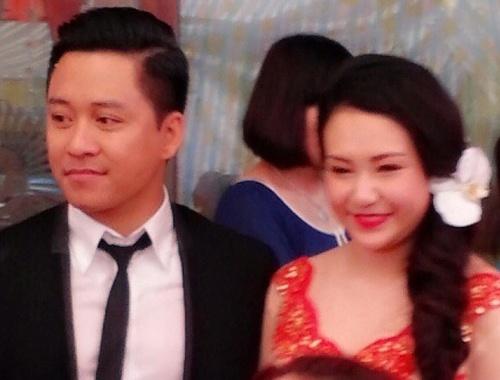 Tuan Hung hanh phuc ben vo sap cuoi trong le an hoi hinh anh