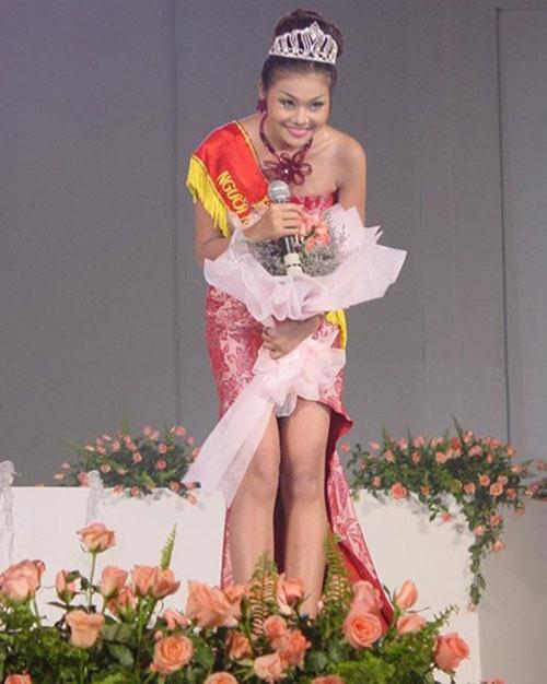 Anh thoi den nhem cua sieu mau Thanh Hang hinh anh 5 Thanh Hằng tỏa sáng trong cuộc thi Hoa hậu Phụ nữ Việt Nam qua ảnh năm 2002.