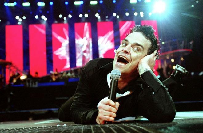 Robbie Williams lam fan gay tay khi nga khoi san khau hinh anh