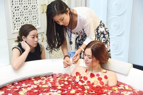 Phim cua Viet Trinh bi dan nhan 16+ hinh anh 1 Đạo diễn Châu Thổ và Việt Trinh chuẩn bị hậu kỳ cho một cảnh nóng trong Trót yêu.