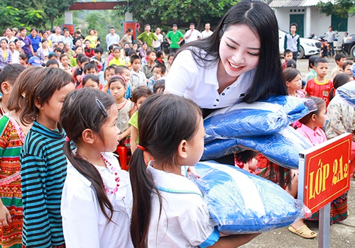 Hoa hau Ngoc Anh tang ao am cho tre em Ha Giang hinh anh