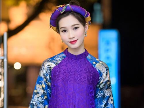 Dang Thu Thao dien ao dai cach tan lam giam khao hinh anh