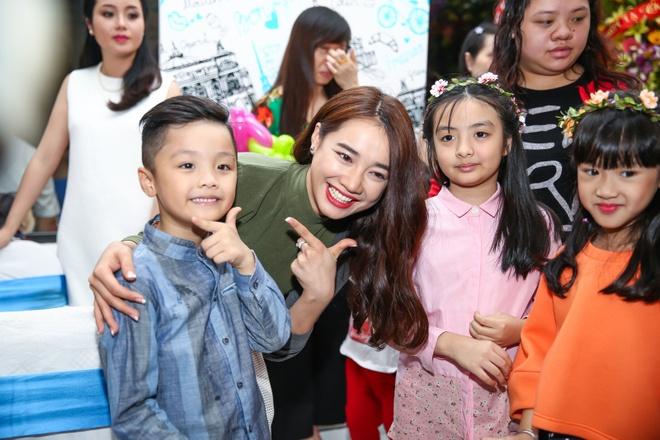 Nha Phuong duoc fan nhi bao vay o Ha Noi hinh anh 3