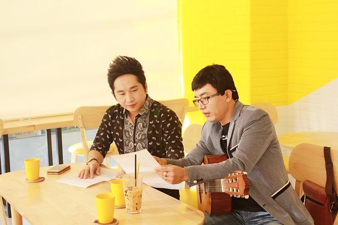 Bang Cuong tung album moi sau chuyen luu dien Australia hinh anh 1 Bằng Cường và Cao Anh Phi dành nhiều thời gian để trao đổi về từng ca khúc trước khi thu âm. Ảnh: Huy Tường
