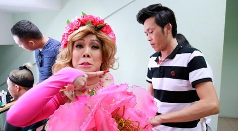 Hoai Linh sua vay cho Viet Huong o hau truong On gioi hinh anh