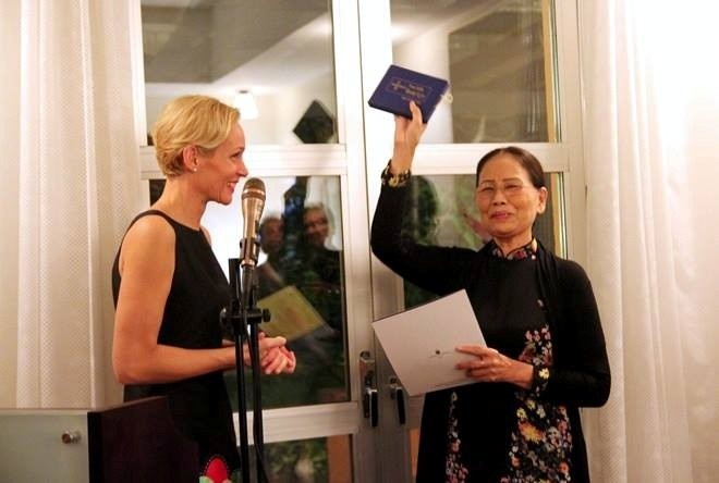 Nhà thơ Ý Nhi nhận giải thưởng Cikada 2015 từ tay bà Camilla Mellander, Đại sứ Thuỵ Điển tại Việt Nam.