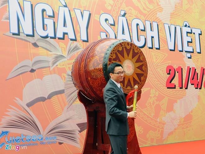 Phó Thủ tướng Vũ Đức Đam đánh trống khai mạc Ngày sách Việt Nam. Ảnh: Hoàng Anh