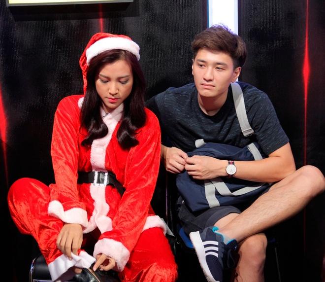 Huynh Anh toi hau truong show On gioi co vu ban gai hinh anh 2 Huỳnh Anh - bạn trai của Hoàng Oanh - có mặt ở phía hậu trường để cổ vũ nữ MC. Sau hơn một năm công khai tình cảm, cặp đôi nhận được lời khen ngợi từ khán giả và truyền thông.