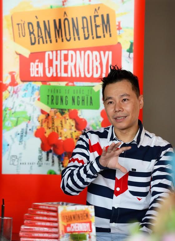 Tu Ban mon diem den Chernobyl: khoi nguon cam hung du ngoan hinh anh 1 Tác giả Trung Nghĩa chia sẻ về Từ Bàn môn điếm đến Chernobyl trong buổi giới thiệu sách.