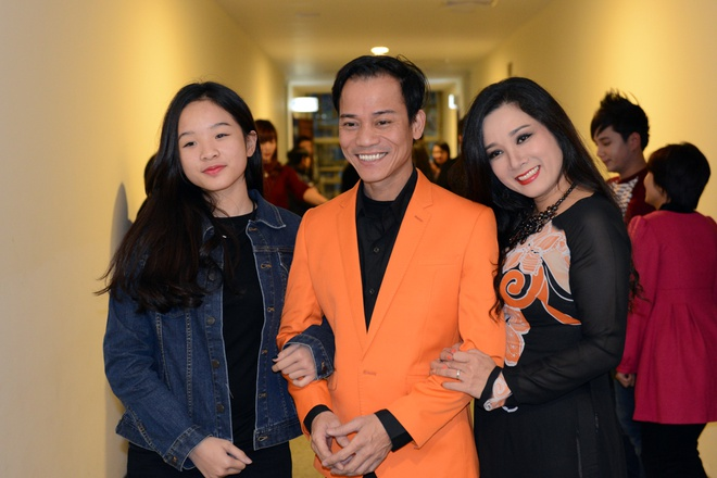 Thanh Thanh Hien di dien cung chong moi cuoi va con gai hinh anh