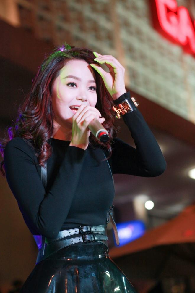 Minh Hang hat o cua Ga Ha Noi cung fan hinh anh 1