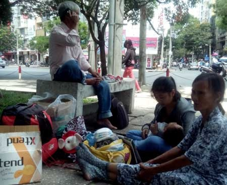 Nguoi muon lam vo cua tuong cuop Ho Duy Truc du mot ngay hinh anh 2 Ông Tùng, bà Út dắt díu nhau từ Ninh Thuận về TP Hồ CHí Minh chầu chực chở thăm con.