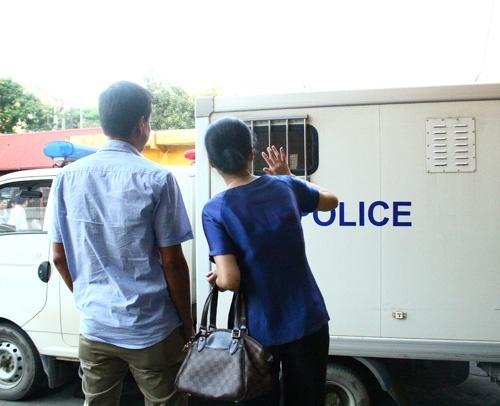Vo Duong Chi Dung duoi theo xe cho chong khi roi toa hinh anh 1 Bà Phương vẫy tay chào chồng. Ảnh: Công  Lý.