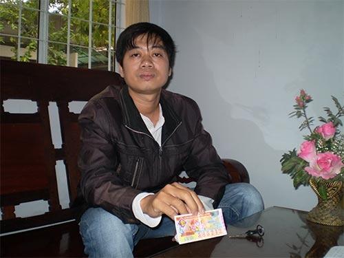 Kien vi khong duoc tra thuong trung so hinh anh 1 Anh Phú với tờ vé số trúng giải khuyến khích nhưng không được trả thưởng.