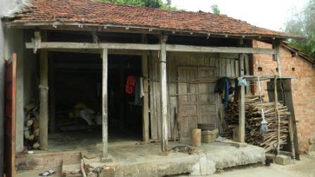 """Căn nhà lụp xụp, cuộc sống nghèo khó, nên ông Hòa chưa thực hiện được ước nguyện đến thăm nhà 13 người bạn """"phu"""" vàng bị giết."""