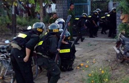 Cảnh sát cơ động tỉnh Bình Thuận triển khai tấn công căn nhà mà Nguyễn Quang Toàn cố thủ vào chiều 18-9.