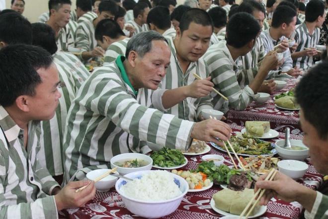 Bua com 'day ap huong vi Tet' trong trai giam hinh anh