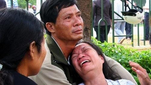 Ra tu, 4 thanh nien tiep tuc keu oan hinh anh 1  Mẹ của bị cáo Việt khóc ngất sau khi phiên tòa kết thúc.