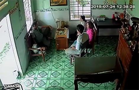 Phe binh thieu ta CSGT doi no hot girl hinh anh 1 Camera ghi lại vợ thiếu tá Anh cùng người thân kéo đến nhà Hoa đòi nợ.
