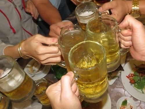 Cam ban ruou bia sau 22h: Can tao co che de khong dam uong hinh anh