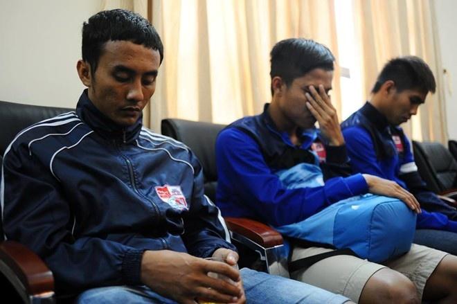 6 cầu thủ bị nghi ngờ cá độ đã có mặt tại trụ sở C45 Bộ Công an. Ảnh: Tùng Lê.