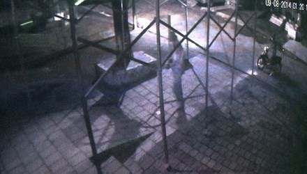 2 đối tượng mặc áo mưa, bịt mặt ném mìn bị camera ghi lại.