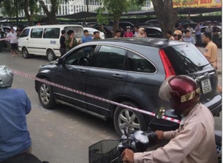 Sep lon 'bat tay' giang ho: Tien - tinh xu bang dao sung hinh anh 1 Chiếc xe Honda CRV của ông Kiều Hồng Thành, nạn nhân bị đâm chết trên xe ô tô trong vụ án mạng chấn động