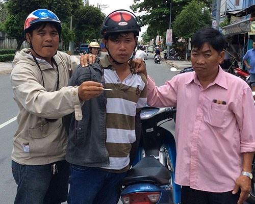 Trom xe may hoi lo 15 trieu dong cho cac 'hiep si' hinh anh 1  Tên trộm (đứng giữ) bị bắt giữ.