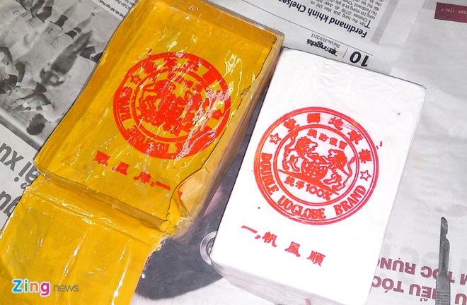 Người đàn ông 49 tuổi cùng đồng bọn đã nhiều lần mua bán trót lọt 149 bánh heroin của Giàng A Dong (trú tại Mộc Châu, Sơn La), giá <abbr class=