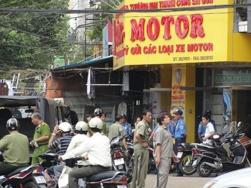 Chieu kiem tien cua Cong 'moto' qua nhung chiec xe gian hinh anh 1 Nhiều người kéo đến cửa hàng của Công môtô để đòi nợ.