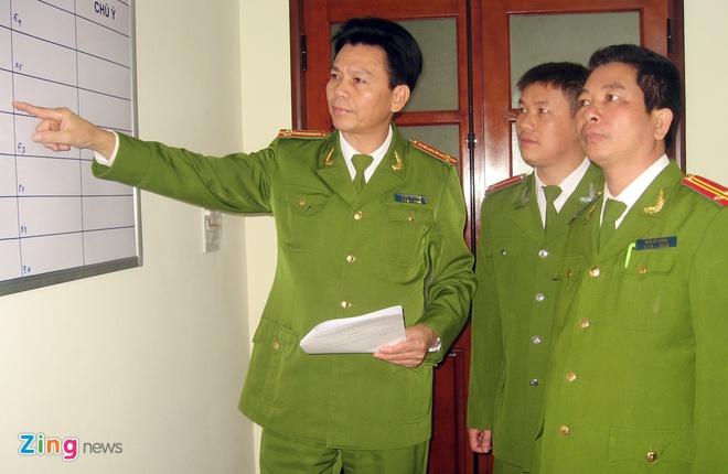 Canh sat quyet bat ke qua khich, gay roi o san My Dinh hinh anh 2 Đại tá Hưng (trái) quán triệt cho CBCS vị trí ứng trực tại các chốt, tuyến đường trọng điểm theo kế hoạch. Ảnh: Việt Đức.