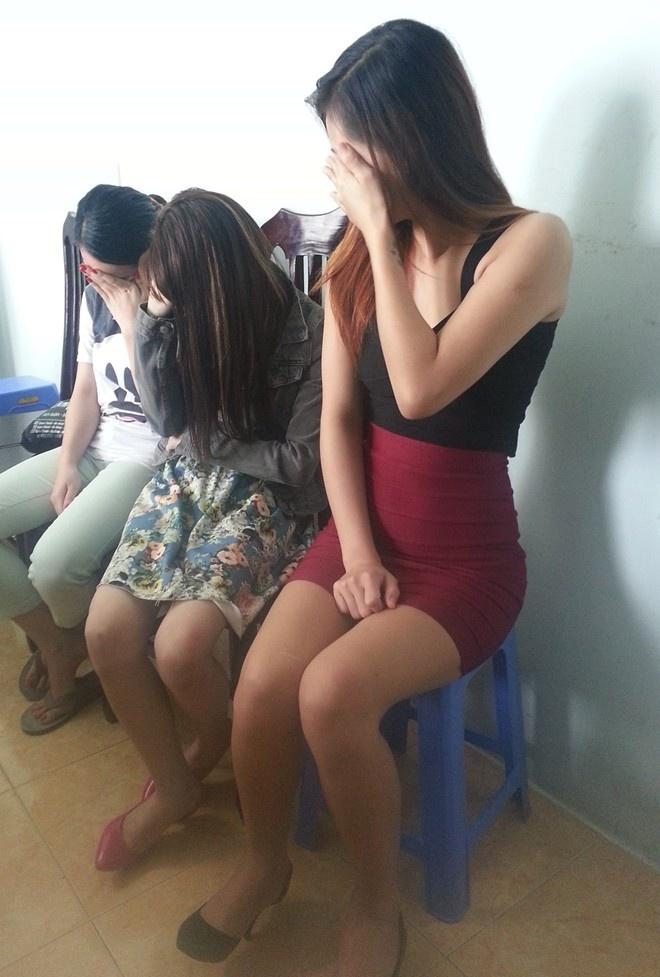 Nhung duong day chan dai ban than gia cao bi danh sap hinh anh 2 PG chân dài bị bắt quả tang môi giới mại dâm. Ảnh: Việt Đức.