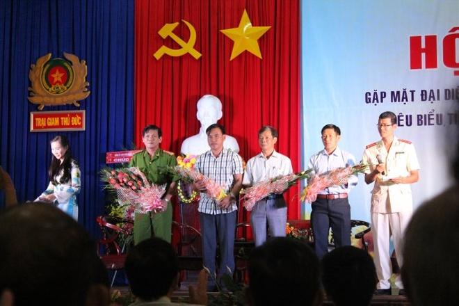 'Khong le minh cung la rac ruoi' hinh anh 1 Các gương mặt tiêu biểu trong tái hòa nhập cộng đồng được lãnh đạo Trại giam Thủ Đức tặng hoa và quà.