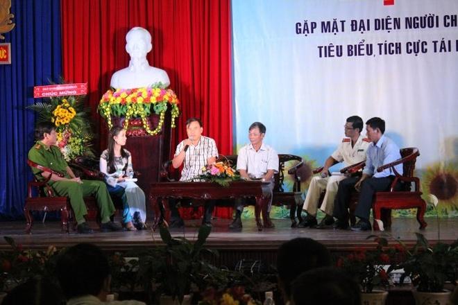 'Khong le minh cung la rac ruoi' hinh anh 2 Thứ ba từ trái qua, anh Hoàng Tú Mai đang chia sẻ câu chuyện đời mình trước gần 500 phạm nhân.
