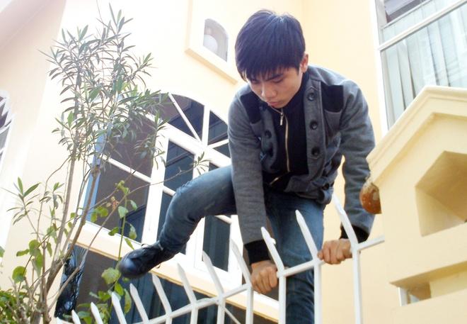 Bo truong Cong an du bao toi pham can Tet gia tang hinh anh 2 Một tên trộm diễn lại cảnh đột nhập nhà dân dịp cận Tết Nguyên đán.