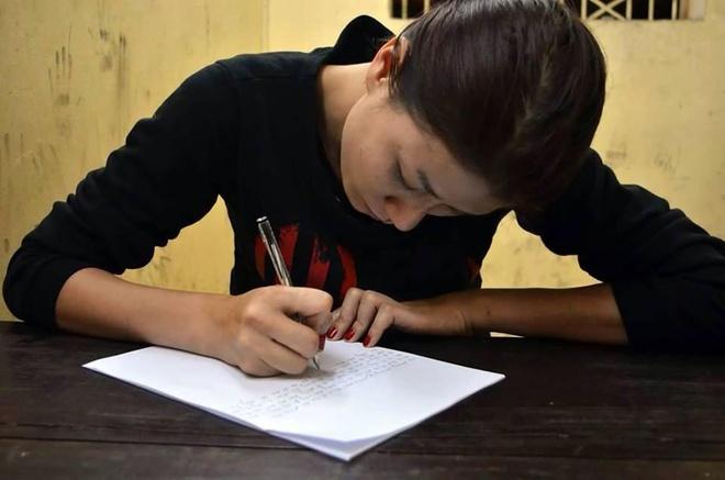Cựu người mẫu Trang Trần viết bản kiểm điểm.