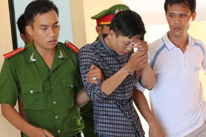 Nghi phạm Nguyễn Hải Dương được dẫn giải từ trụ sở Công an huyện Chơn Thành, tỉnh Bình Phước ra xe về trại tạm giam . Ảnh: Tuổi trẻ.