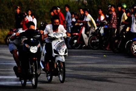 Hang chuc 'quai xe' dua quanh ho Hoan Kiem hinh anh
