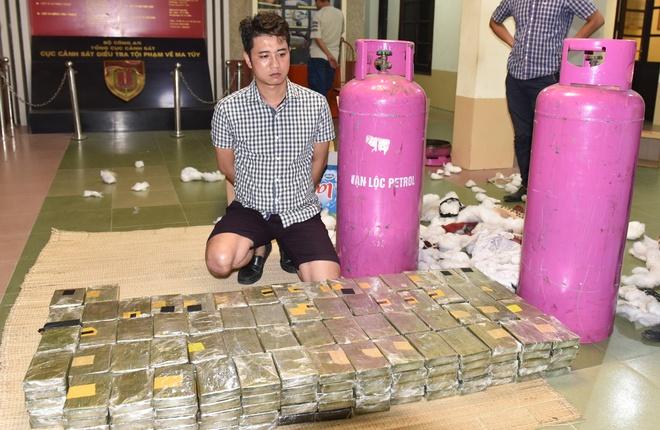 490 banh heroin duoc giau trong binh gas the nao? hinh anh 1 Nghi can Nguyễn Quốc Hùng cùng số ma túy cất giấu trong bình gas. Ảnh: H.T.