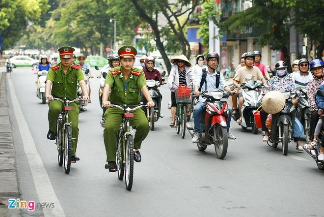 Canh sat Ha Noi di tuan tra bang xe dap dac chung hinh anh 6